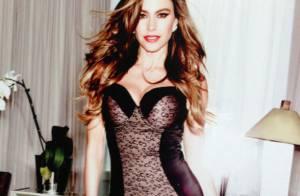 Sofia Vergara posa usando lingerie modeladora de corpo com sua assinatura