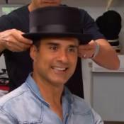 Marcos Pasquim, ator de 'Babilônia', mostra coleção de chapéus no 'Estrelas'