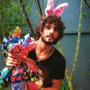 Marlon Teixeira se veste de coelhinho para evento de Páscoa em orfanato