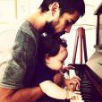 Rafael Cardoso já apareceu nas redes sociais tocando piano com a pequena Aurora