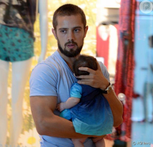 Rafael Cardoso diz ser um pai presente: 'Adoro participar de todos os momentos'