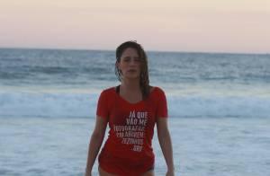 Fernanda Vasconcellos sensualiza de camisa molhada em treino funcional na praia