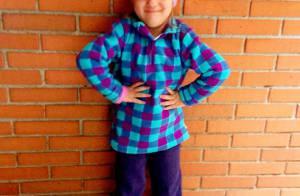 Rafaella Justus faz pose de top model, de gorro e agasalho, para ir à escola