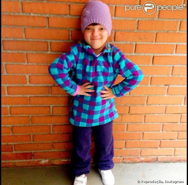 Rafa Justus faz pose de modelo usando roupa de frio, antes de ir para a escola, em 6 de abril de 2013