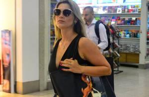 e2fdaab730ae3 Flávia Alessandra embarca em aeroporto do Rio usando bolsa Givenchy de R   3.000