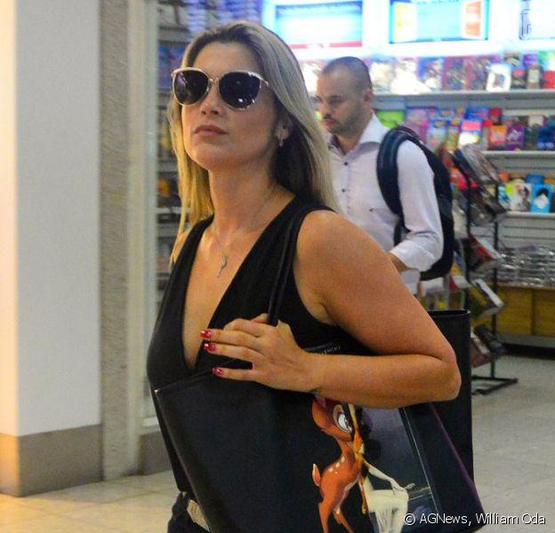 Flávia Alessandra embarcou no aeroporto Santos Dumont, no Rio de Janeiro, na tarde desta quinta-feira, 26 de março de 2015, exibindo sua bolsa Givenchy que custa em média R$ 2.900