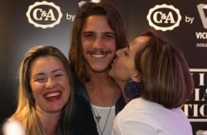 Romulo Neto ganha beijo de fã e posa para fotos em evento de moda