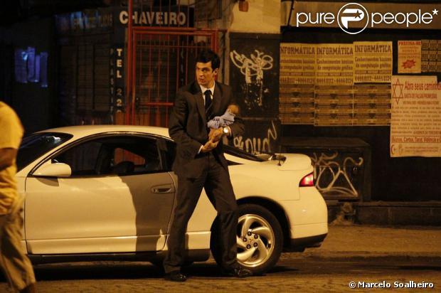 Mateus Solano grava a cena de 'Amor à Vida' em que Félix deixa a sobrinha, um bebê recém-nascido, em uma caçamba de lixo