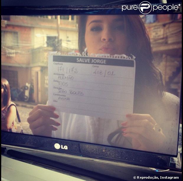 Bruna Marquezine publica foto segurando 'claquete' de papel em gravação de 'Salve Jorge', em 7 de maio de 2013