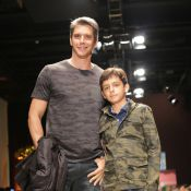 Márcio Garcia e o filho Pedro desfilam juntos para grife infantil em São Paulo