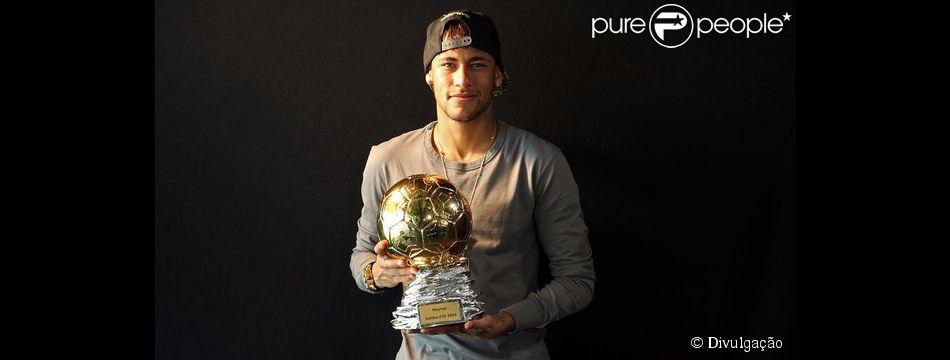 Neymar recebeu o troféu Samba Gold, entregue pela organização francesa Sambafoot, no campo de treinamento Ciutat Esportiva Joan Gamper, na Espanha, nesta terça-feira, 31 de março de 2015