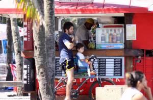 Eriberto Leão anda de bicicleta e curte praia com o filho, João, de 2 anos