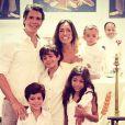 Márcio Garcia posa ao lado da família em batizado de filho caçula