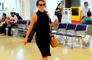 Mariana Ximenes embarca com look elegante em aeroporto do Rio