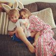 'Manhã de Páscoa com meu coelhos', brincou a top em foto dos filhos
