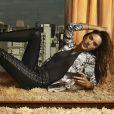 Ela posa sexy em campanha inspirada em selfies, da Dzarm