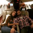 Alessandra posa com o marido, o empresário Jamie Manzur, em avião
