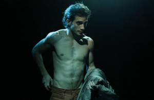 Fiuk grava clipe de 'Toma Toma' sem camisa em boate do Rio de Janeiro