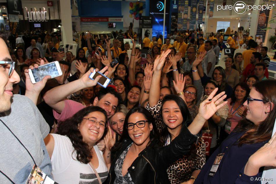 035b3b0ed Wanessa comparece a evento de óculos e tira fotos com fãs, nesta sexta-feira