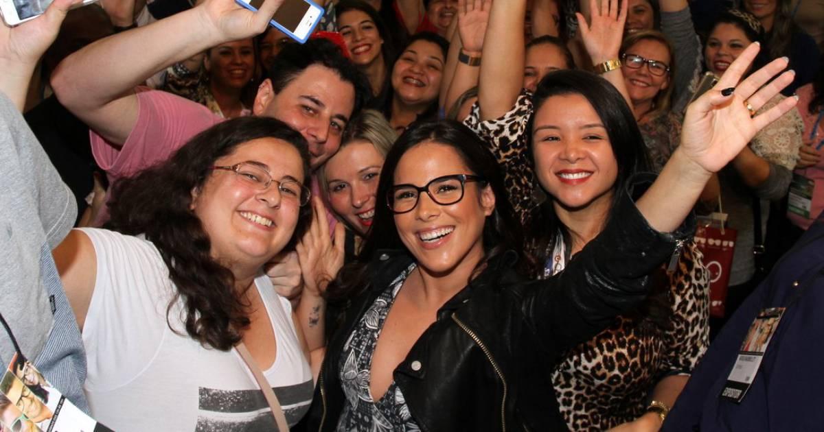 98c057249 Wanessa e Rodrigo Simas participam de feira de óculos e posam com fãs -  Purepeople