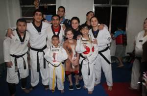 Giovanna Antonelli e o filho, Pietro, visitam comunidade do Rio de Janeiro
