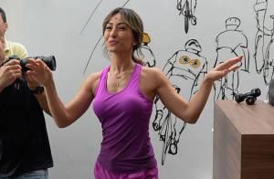 Sabrina Sato sobe em bicicleta e exibe boa forma em ação publicitária