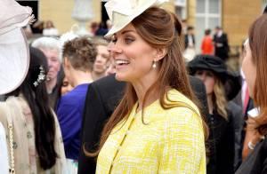 Kate Middleton exibe barriga de sete meses de gravidez no palácio de Buckingham