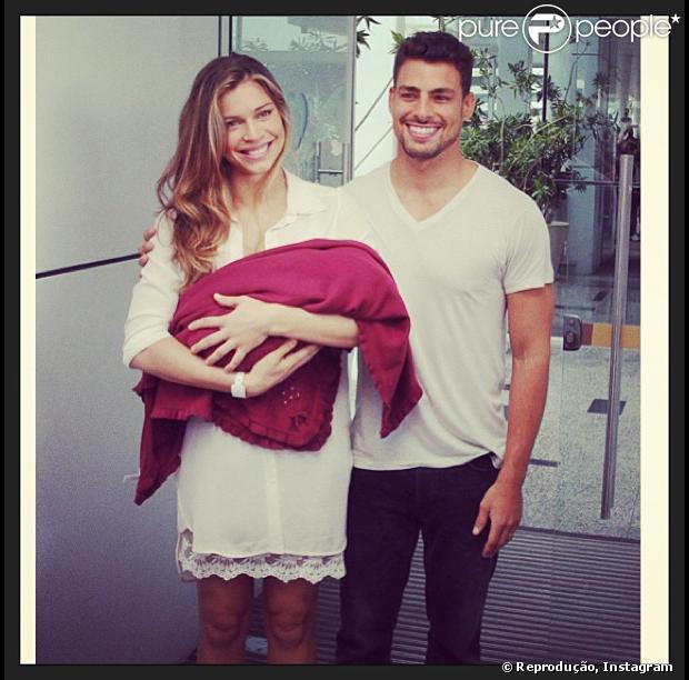 Grazi Massafera publica foto com Cauã Reymond e Sofia, no dia do aniversário de 1 ano da filha, em 23 de maio de 2013