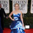 Sarah Michelle Gellar usou um vestido estampado com uma espécie de tye-dye feito com água sanitária no tapete vermelho da premiação do 69º Globo de Ouro, no Hotel Beverly Hilton, em Los Angeles, na Califórnia, no dia 15 de janeiro de 2012