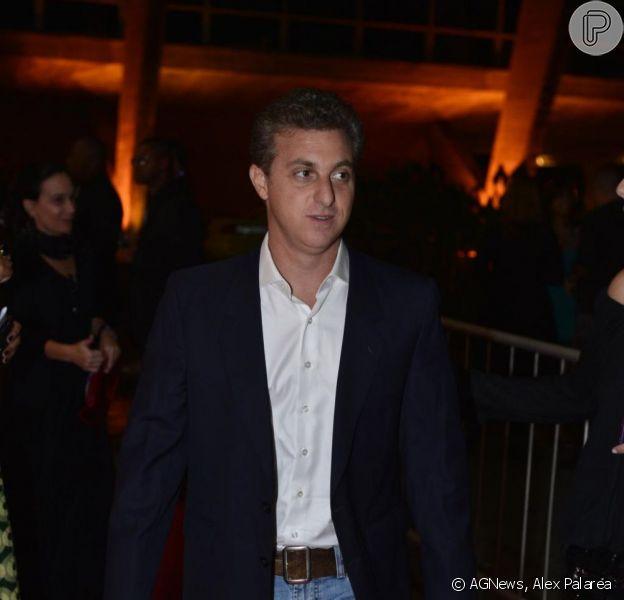 Luciano Huck se recusa a fazer teste do bafômetro na blitz da Lei Seca e é criticado por Rafinha Bastos, em dezembro de 2012