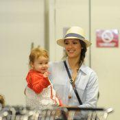 Jessica Alba carrega as filhas no carrinho enquanto faz compras
