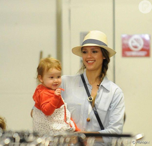 Atriz Jessica Alba carrega a filha Haven de 1 ano no carrinho enquanto faz compras, em 27 de maio de 2013
