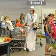 Atriz Jessica Alba faz compras com as filhas no carrinho