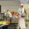 Filhas de Jessica Alba brincam no carrinho enquanto a mãe faz compras