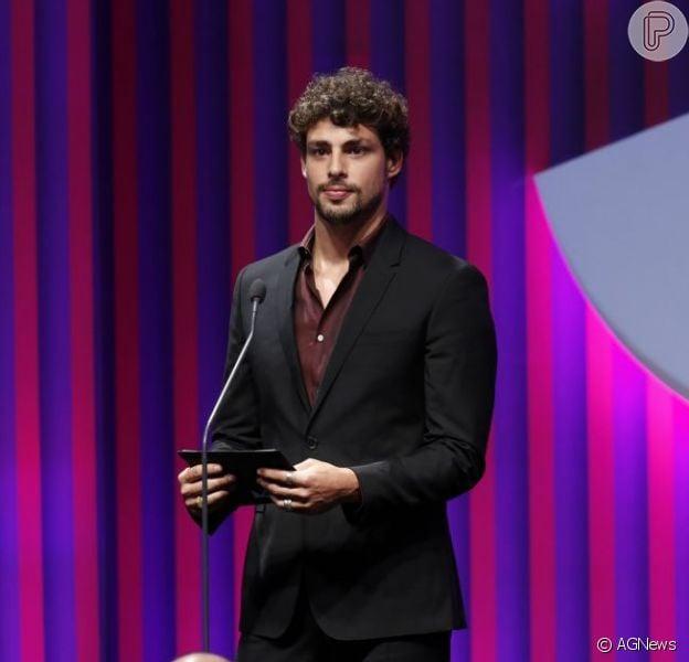 Cauã Reymond apareceu sem aliança no 15º Prêmio Contigo de TV, no dia 13 de maio de 2013, no Copacabana Palace