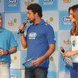 Entre Luciano Huck e Paolla Oliveira, Cauã Reymond participa de evento sem aliança, em 18 de março de 2013