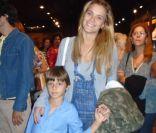 Carolina Dieckmann leva o filho caçula, José, a peça infantil no Rio: 'Chorei'