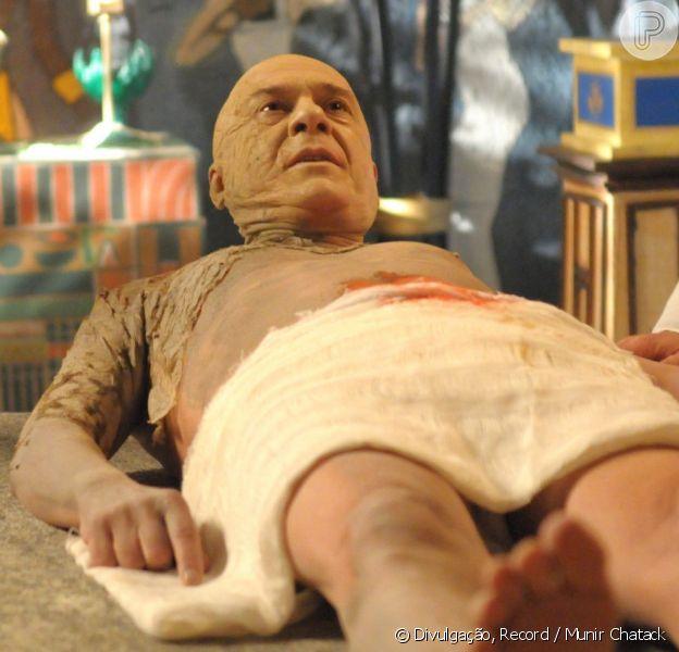 O ator Zécarlos Machado, o Faraó Seti I da novela 'Os Dez Mandamentos', passou quatro horas na maquiagem para as cenas de mumificação do personagem que irão ao ar em junho de 2015