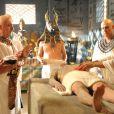 A cerimônia de mumificação do Faraó será conduzida pelo sacerdote Paser (Guiseppe Oristanio), na novela 'Os Dez Mandamentos'