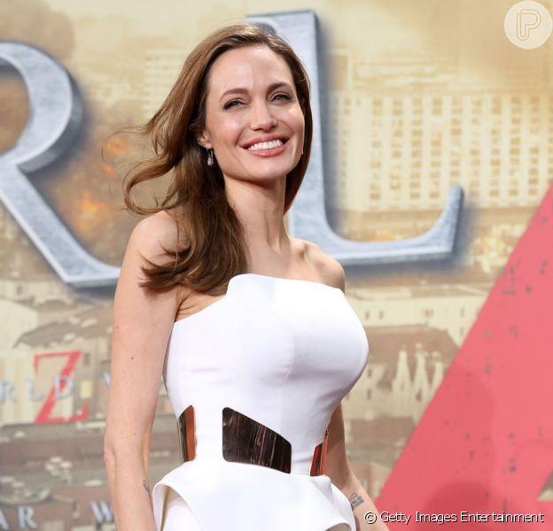 Angelina Jolie surpreendeu ao usar um vestido branco, marcando sua nova silhueta após cirurgia