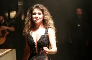 Paula Fernandes exibe boa forma ao repetir look transparente e curto em show