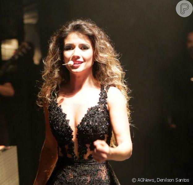 Paula Fernandes repetiu look curtinho e com transparência durante show na cidade de Extrema, em Minas Gerais, na noite desta quinta-feira, 4 de junho de 2015