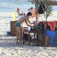 José Loreto deixa suas coisas em um quiosque para entrar no mar