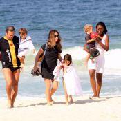 Cláudia Abreu e Isis Valverde aproveitam as férias em dia de praia