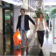 Luziano Szafir e Luhanna Melloni caminham felizes pelo shopping. O casal foi flagrado na quarta-feira (5), e ela exibia uma barriguinha já arredondada