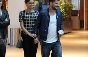 Sophie Charlotte e Daniel de Oliveira passeiam de mãos dadas em shopping do Rio