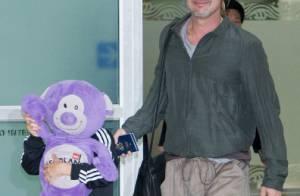 Brad Pitt chega à Coreia do Sul com o filho Pax, que se esconde dos paparazzi