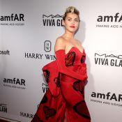Miley Cyrus vai a baile da amfAR com jovem sem gênero e ao lado dos pais, em NY
