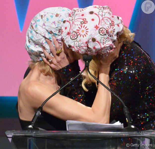 Nicole Kidman tascou um beijo daqueles em Naomi Watts durante o 'Women in Film's 2015 Crystal + Lucy Awards', realizado na Califórnia