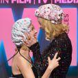 Animadas, Nicole Kidman e Naomi Watts cairam na gargalhada logo após o beijo
